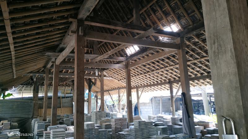 Bangunan pabrik Sarasa tegel menggunakan kayu lama